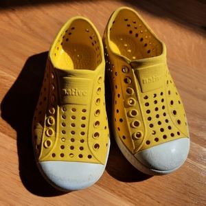 Native yellow toddler girls shoes size 8